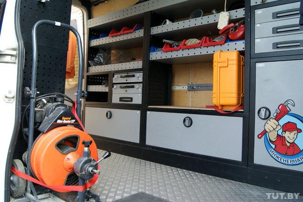 В день интервью большинство оборудования Александра было на объекте в Витебске, поэтому в кузове пустовато.