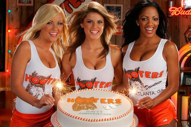 Официантки бара Hooters. Фото с сайта kyky.org