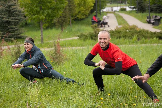 Гостьей одной из первых тренировок стала бегунья Ольга Мазуренок. На марафоне в Лондоне она вошла в десятку сильнейших. Когда команда начинала, трава в парке была еще зеленой, а груша на полянке цвела.