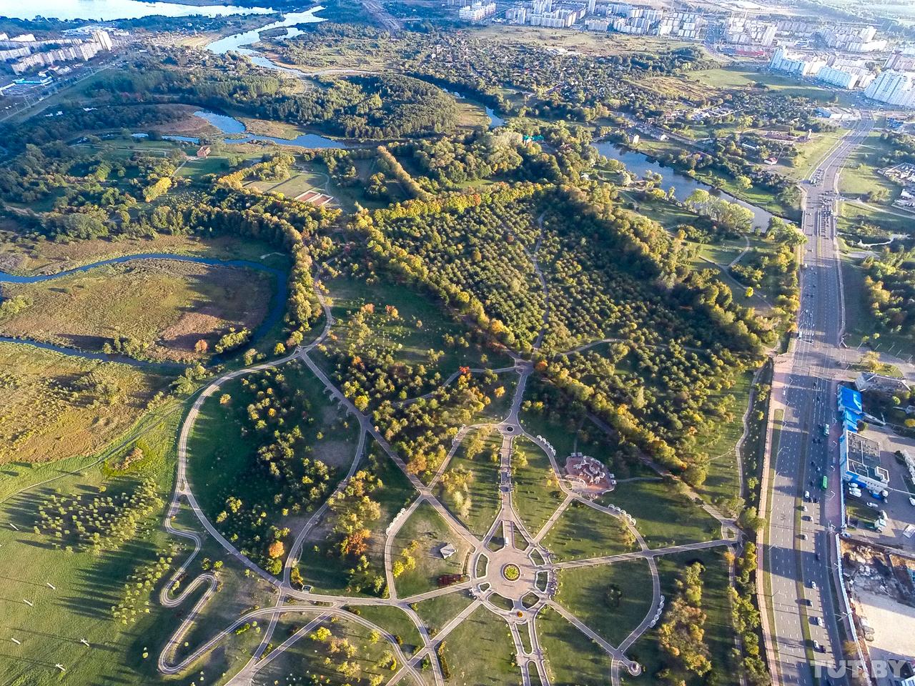 Свежеотреставрированный Лошицкий парк