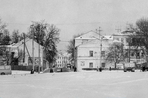 Вид на ул. Революционная со стороны сквера Адама Мицкевича. Фото Вадима Качана