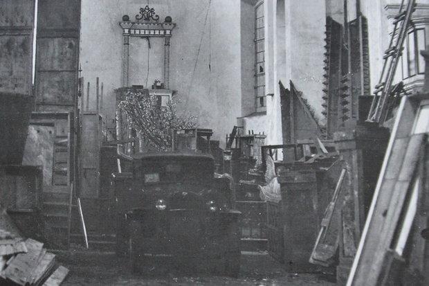 Театральный склад, конец 1940-х. Грузовик стоит на месте алтаря. Источник: In Nomine Domini, Минск, 2010.