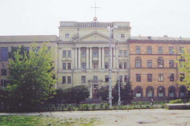 Советская пристройка, скрывшая фасад костела, была разрушена в начале 1990-х. Источник: In Nomine Domini, Минск, 2010.
