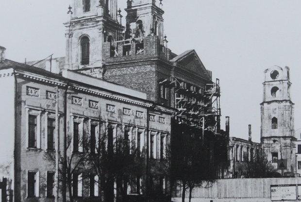 Перестройка костела – сначала застраивается фасадная часть, позже снесут башни. Источник: In Nomine Domini, Минск, 2010.